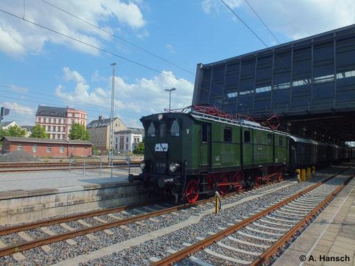 Am 18. Juni 2014 fand eine Werkstattfahrt mit E77 10 statt. Hier verlässt der Zug gerade Chemnitz Hbf.