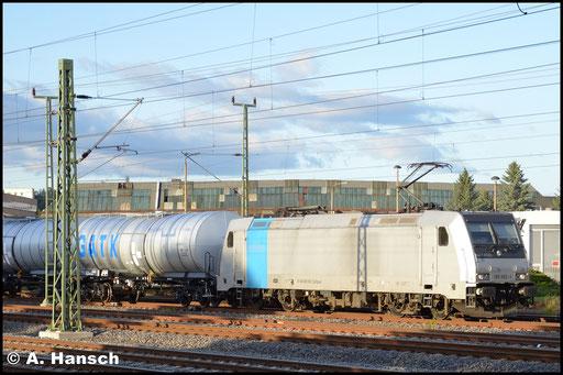 185 692-1 durchfährt mit nagelneuen GATX-Kesselwagen (Dgs 69505) Chemnitz. Auf Höhe des AW Chemnitz erwischte ich den Zug etwas glücklich. Die letzten Sonnenstrahlen sorgten für etwas Beleuchtung