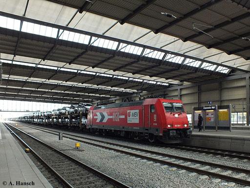 185 588-1 (HGK Lok 2056) durchfährt am 25. Oktober 2013 mit Autozug den Hbf. in Chemnitz