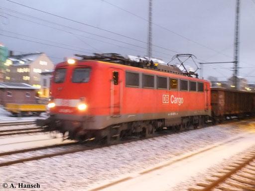 Für ein scharfes Bild war es leider schon zu dunkel, als am Abend des 26. November 2013 140 490-4 mit ihrem langen Mischer durch Chemnitz Hbf. rollt