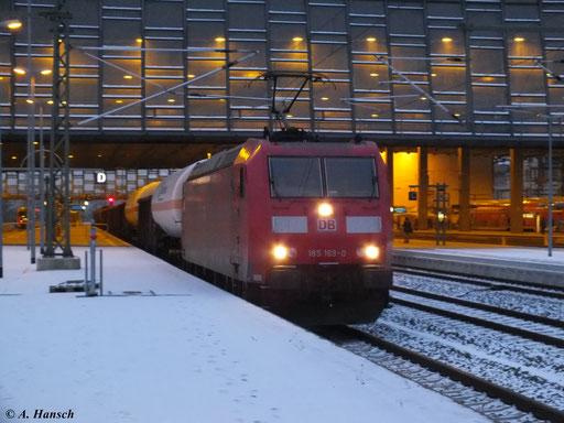 Im letzten Tageslicht fuhr 185 169-0 der DB mit EZ 47431 am 14. Januar 2013 durch Chemnitz Hbf.