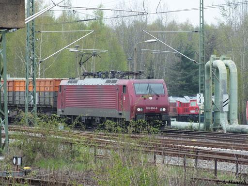 Am 29. April 2013 fährt 189 800-6 der Muldental-Eisenbahnverkehrsgesellschaft mbH (MTEG) am AW Chemnitz vorbei Richtung Hbf.