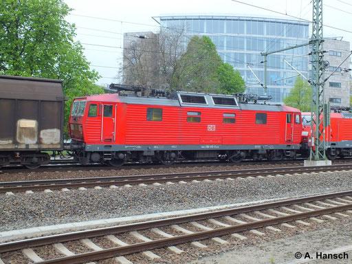 180 015-0 wird am 12. April 2014 in einem von 189 013-6 gezogenen Güterzug mitgeführt. Gerade rollt die Fuhre durch Dresden Hbf.