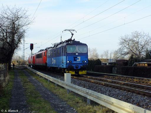 372 014-1 fährt am 29. Dezember 2012 mit Lokzug, bestehend aus einer BR 155 und 185 303-5 durch Dresden Stetzsch