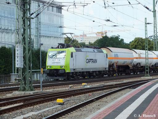 185 543-6 von Captrain zieht am 13. August 2013 einen Kesselwagenzug durch Dresden Hbf.