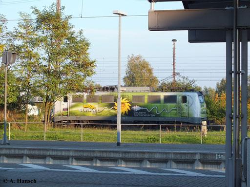 Am 13. Oktober 2013 gelang zumindest diese Seitenaufnahme von 140 002-7 der SunRail GmbH, die mit Autozug durch Luth. Wittenberg Hbf. fährt