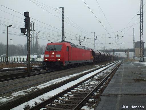 Am grauen 2. Februar 2014 durchfährt 185 371-2 mit Ganzzug Luth. Wittenberg Hbf.