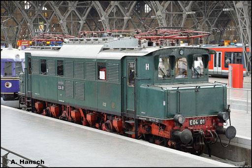 E04 01 ist in Leipzig Hbf. zu Hause. Dort ist sie eine von mehreren historischen Fahrzeugen, die bewundert werden können. Am 13. Juli 2015 entstand dieses Bild