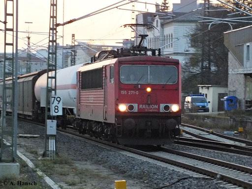 Im schwindenden Licht des 12. November 2013 durchfährt 155 271-0 aus Zwickau kommend den Chemnitzer Hbf.