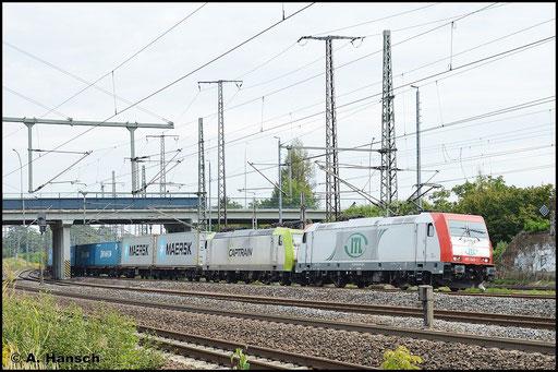 Die ITL-Lok 185 649-1 fährt am 13. September 2015 mit Containerzug in den Hbf. Luth. Wittenberg ein. 185 542-8 läuft als Wagenlok mit