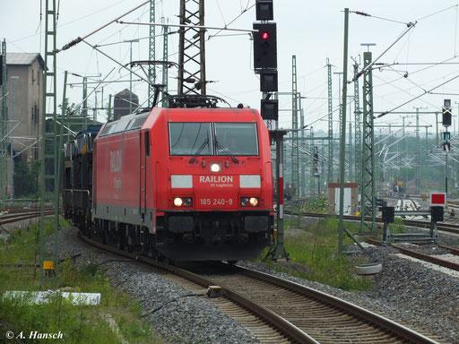 185 240-9 rollt mit ihrem gemischten Güterzug gemächlich durch Chemnitz Hbf. (4. Juni 2013)