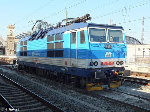 371 001-9 wartet am 6. März 2013 in Dresden Hbf. auf ihren nächsten Einsatz
