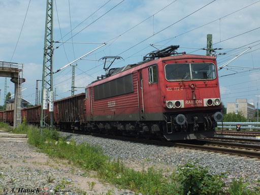155 172-0 fährt mit ihrem Mischgüterzug am 12. Juni 2013 auf Höhe des AW Chemnitz auf den Chemnitzer Hbf. zu