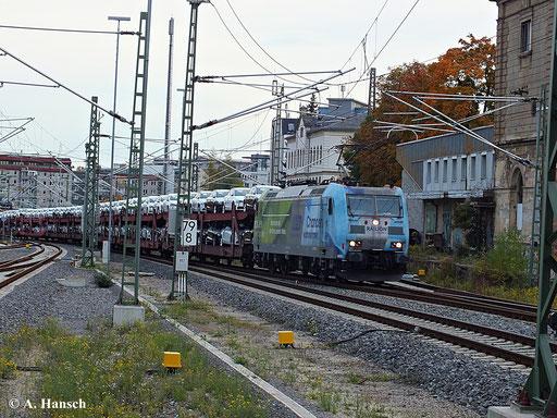 185 152-6 trägt am 14. Oktober 2013 eine auffällige Werbelackierung, als sie aus Zwickau kommend einen Güterzug durch Chemnitz Hbf. zieht