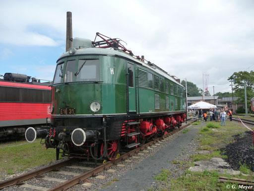 Am 14. Juli 2012 steht E18 31 in ihrem Heimat-Bw Halle P