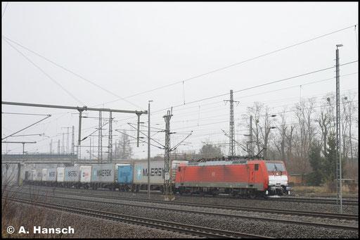 189 019-3 rollt am 3. Februar 2019 mit Containerzug durch Luth. Wittenberg Hbf.