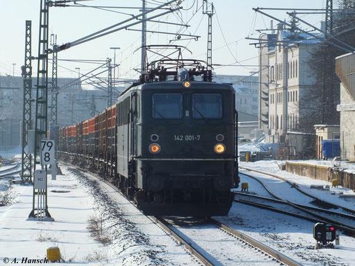 """142 001-7 der Muldental-Eisenbahnverkehrsgesellschaft mbH (MTEG) mit """"Leerkoks"""" Glauchau - Bad Schandau am 26. Januar 2013 bei der Einfahrt in den Chemnitzer Hbf."""