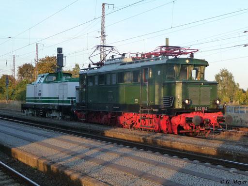 Gemeinsam mit V100 003 steht E44 044 am 30. September 2012 in Luth. Wittenberg Hbf.