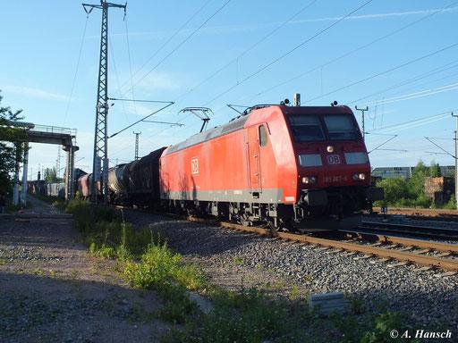 Am Abend des 16. Juni 2013 zieht 185 067-6 ihren langen Mischer am AW Chemnitz vorbei