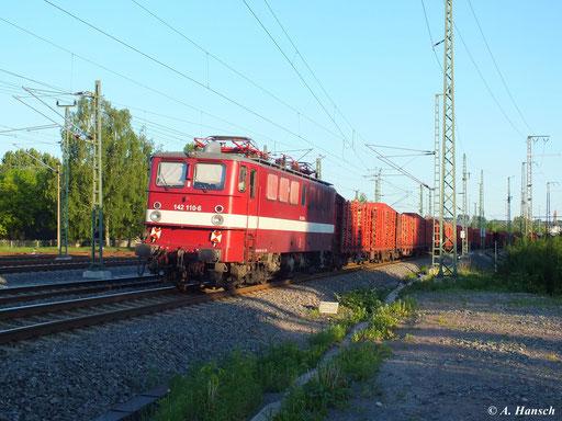 Am Abend des 5. Juni 2013 erreicht ein Holzzug gezogen von 151 014-8 Chemnitz. Am Zugschluss hängt abgebügelt 142 110-6. Hier passiert die Fuhre gerade das AW in Richtung Hbf.