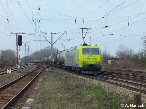 Farblich auffällig ist 185 534-5 von CFL Cargo Deutschland lackiert. Am 18. März 2014 zieht die Maschine einen Kesselwagenzug durch Leipzig Thekla