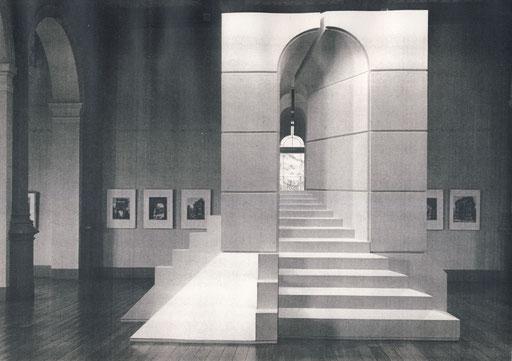 """Modellansicht der Treppenseite des Objekts. Die Maße des """"Römisches Tores"""" wurden vom inneren Fensterbogen im Museumsgiebel abgeleitet. Das Objekt wurde in der Fensterachse aufgestellt. Es entstand ein Blickbezug bis in den Park."""