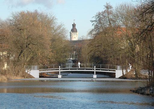Die Wirkung der Brücke am Tag. Im Hintergrund der Turm des Neuen Rathauses.