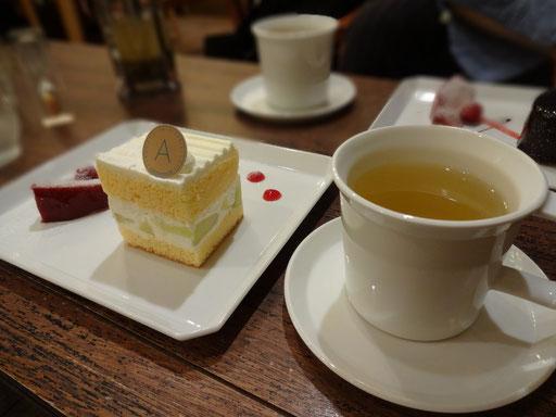 こちらは「預言カフェ」の帰りに寄ったCafe・・・【アヴァンソン】(高田馬場)。緑茶系のハーブティも季節のショートケーキも美味♪ 丁寧につくられたものはほんとうにす~っとカラダに吸い込まれますね。ソファー席もありいいくつろぎ感です。今後「預言カフェ」の待ち時間はここでつぶすのがよさそう・・・♪