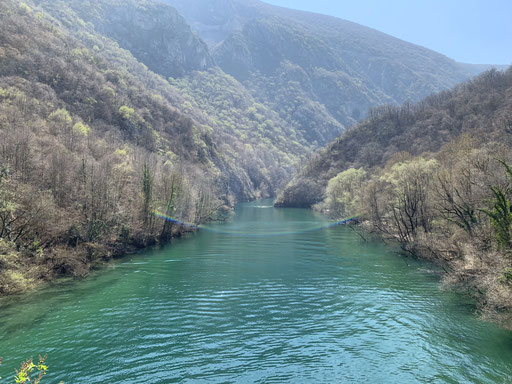 Smaragdgrünes Wasser im Matka-Canyon