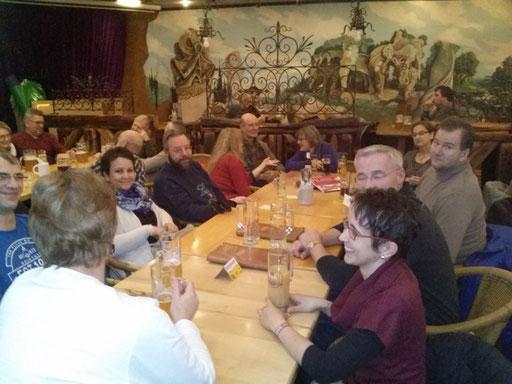 Bild: Mitglieder des Vereins im Lokal