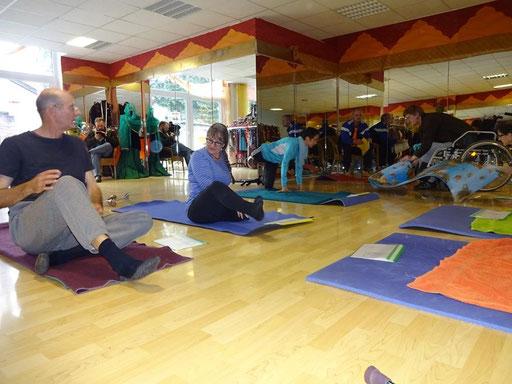 Bild: Mitglieder des Vereins bei Pilatesübungen
