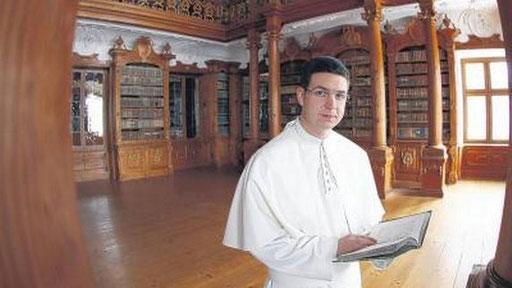 """Junger Chorherr der Prämonstratenser, die bereits seit dem 12. Jahrhunder """"weiß"""" tragen. Zum Habit gehört auch eine weiße Mozetta."""