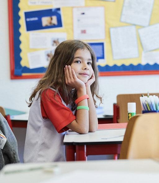 jeune fille travaille en séjour linguistique, cours de langue