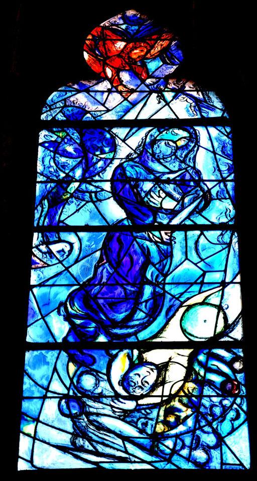 Abraham prêt à sacrifier son fils, vitrail de Marc Chagall, cathédrale de Metz