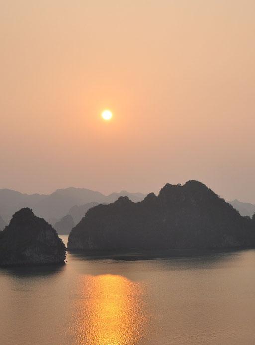 Coucher de soleil sur la baie d'Halong