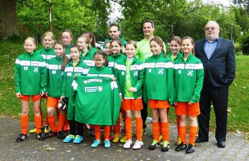 Herr Hübel vom Gewerbeverein Laudenbach überreichte am letzten Spieltag der Saison 13/14 den gestifteten Päsentationsanzug für die Mädchenmannschaft persönlich