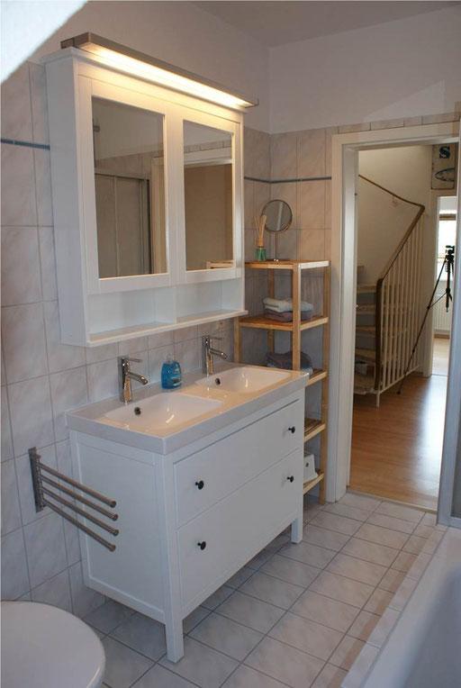 Badezimmer mit Dusche und Badewanne und Doppelwaschtisch