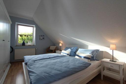 Gemütliches Schlafzimmer im Obergeschoß mit viel Platz im Schrank