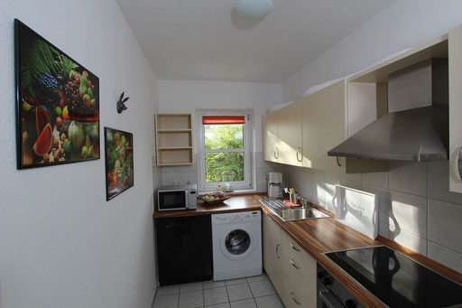 Voll ausgestattete Küche mit Spülmaschine und Waschmaschine