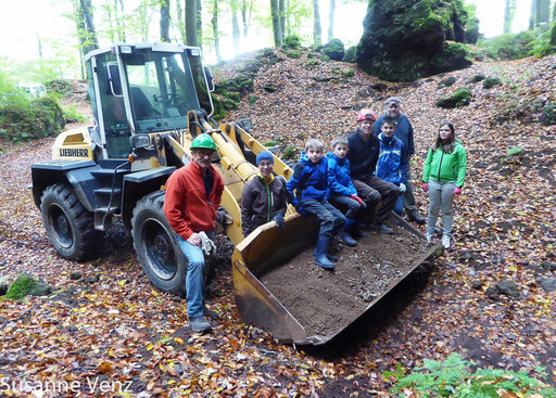 Mitglieder des NABU Kylleifel und die Juniorranger des Naturparkes Vulkaneifel im Einsatz für die Fledermäuse