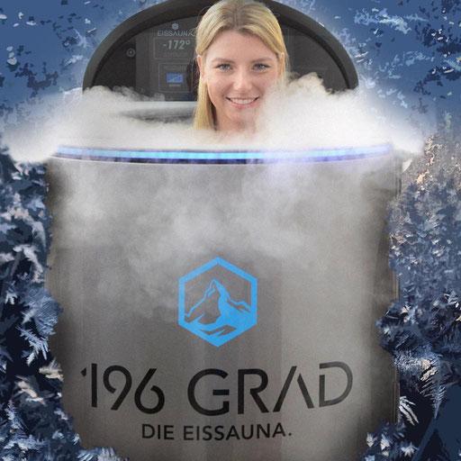 Frau erlebt Kältetherapie in einer Eissauna bei minus 196 Grad