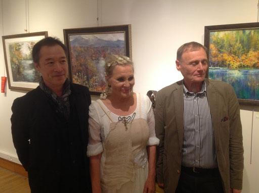 Champagne et saké pour célébrer cette rencontre internationale de la peinture et de la sculpture … De gauche à droite : Akira Murata, Renata et Bernard Cintrat.