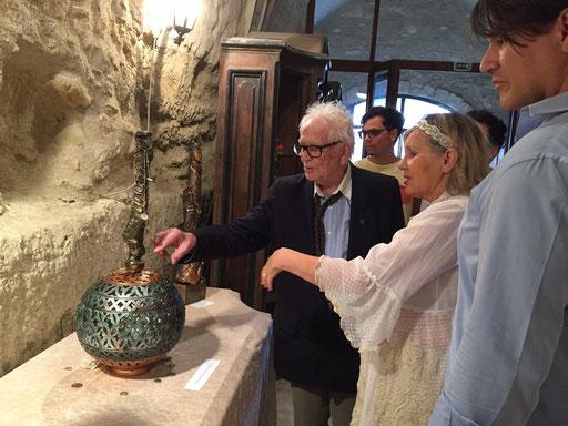Pierre Cardin accompagné de son neveu Rodrigo visitant l'exposition commentée par la sculptrice...