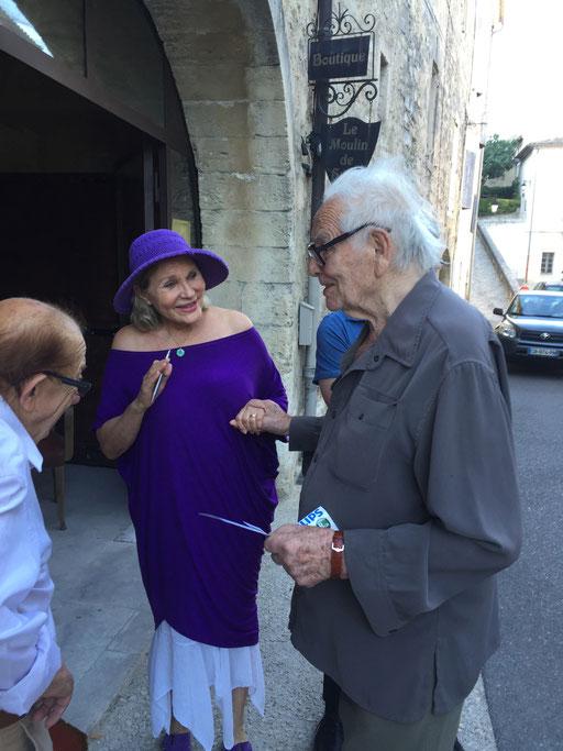 Pierre Cardin prenant congé de Renata, en présence du journaliste Lucien Ricaud...