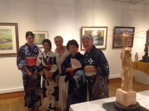 """Des élèves d'Akira Murata en costume traditionnel, venues spécialement du Japon, posant avec Renata devant  la """"Japonaise"""", sculpture réalisée en trois terres..."""