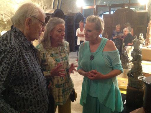 Pierre Cardin visitant l'exposition en compagnie de Renata et de Lydia Harambourg...