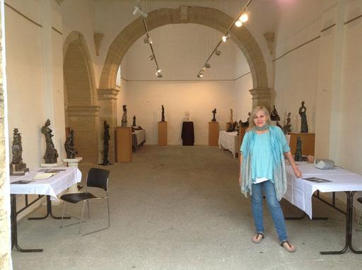 Les sculptures de Renata exposées sous le voûtes centenaires de la Chapelle des Pénitents Blancs...