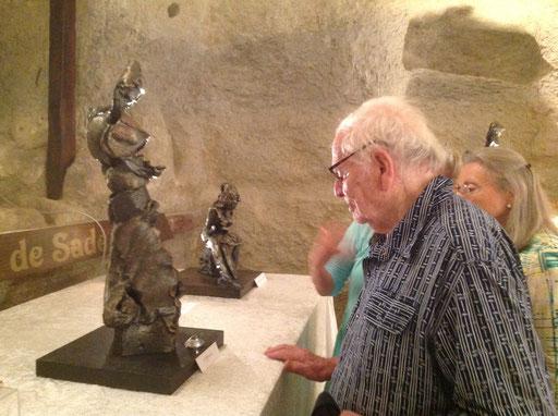 """Devant """"L'Offrande"""", l'une des pièces maîtresses de l'exposition..."""