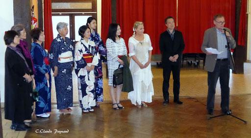 Alain Cintrat, maire d'Essoyes pendant son allocution en présence de Renata, d'Akira Murata, ses élèves et son épouse...