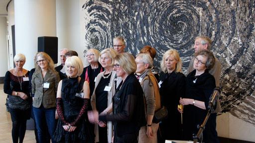 Gruppenfoto vor einem Werk von Uecker